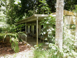 Exterior view of Kingfisher Park Birdwatchers Lodge.
