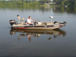 Boating on King Creek bay at King Creek Resort & Marina.