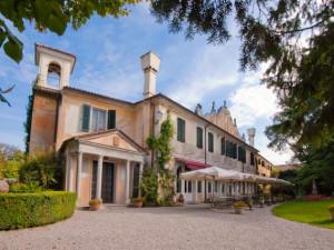 Exterior view of Hotel Villa Luppis.