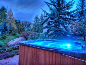 Rental hot tub at Retreatia.com.