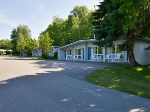 Exterior view of Bar Harbor Motel.