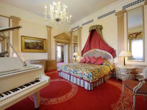Guest suite at De La Ville Roma.