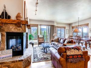 Rental living room at EagleRidge Lodge.