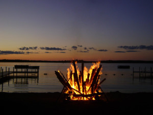Bonfire by the lake at Timber Bay Lodge & Houseboats.