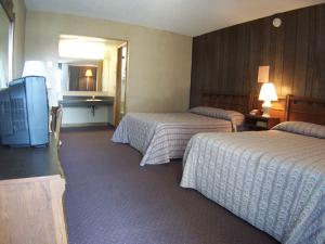 Guest bedroom at Windjammer Motor Inn.