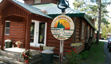 Exterior view of lodge at Isle O' Dreams Lodge.