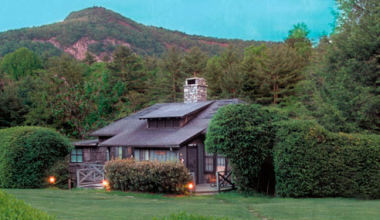 Cottage With Mountains at Exterior