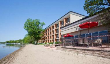 Exterior view of Holiday Inn Detroit Lakes.