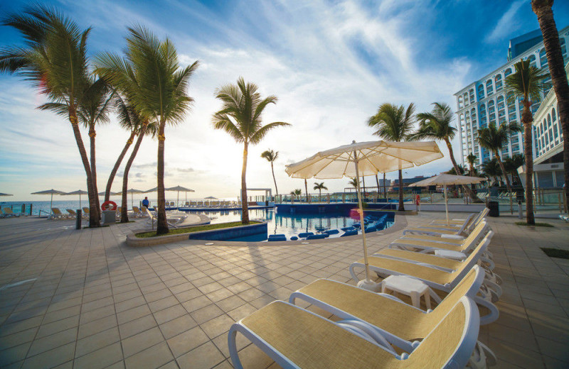 Outdoor pool at Riu Cancun All Inclusive.