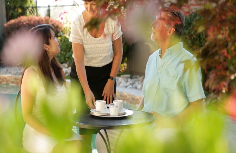 Patio dining at A Vista Villa Couples Retreat.