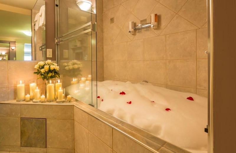 Guest room Jacuzzi at A Vista Villa Couples Retreat.