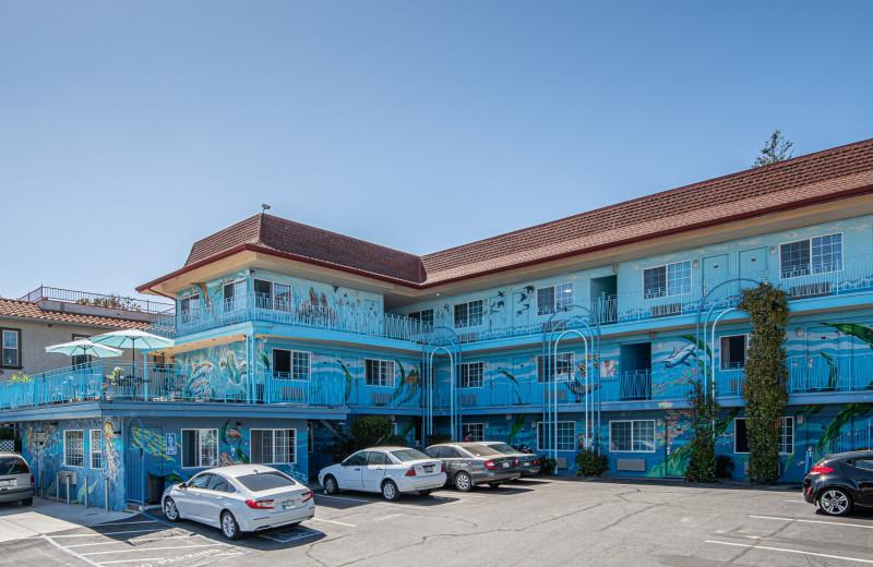 Exterior view of Aqua Breeze Inn.