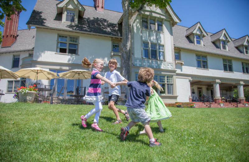 Kids running outside The Inn at Stonecliffe.