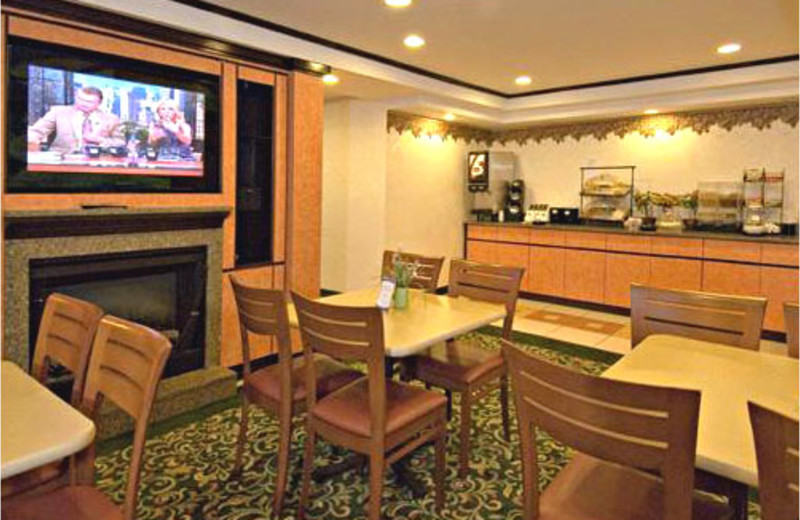 Dining room and buffet at Comfort Inn Lakes Region.
