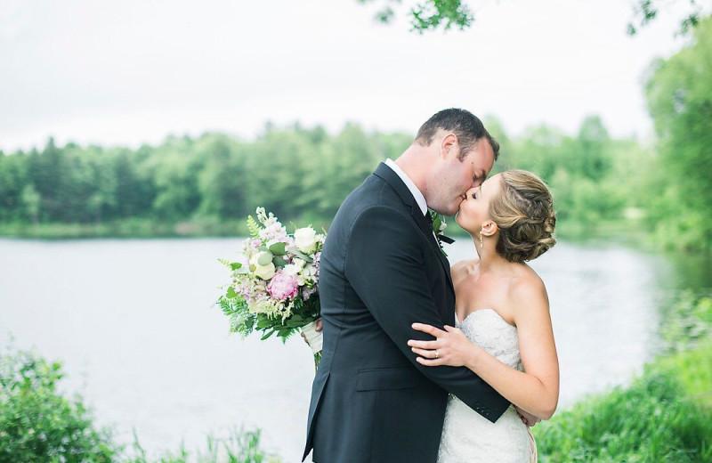 Wedding couple kissing at Ruttger's Bay Lake Lodge.
