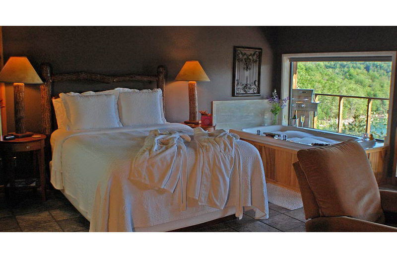Guest bedroom at Beaver Lakefront Cabins.