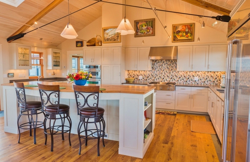 Vacation rental kitchen at Re/Max on Island Vacation Rentals.