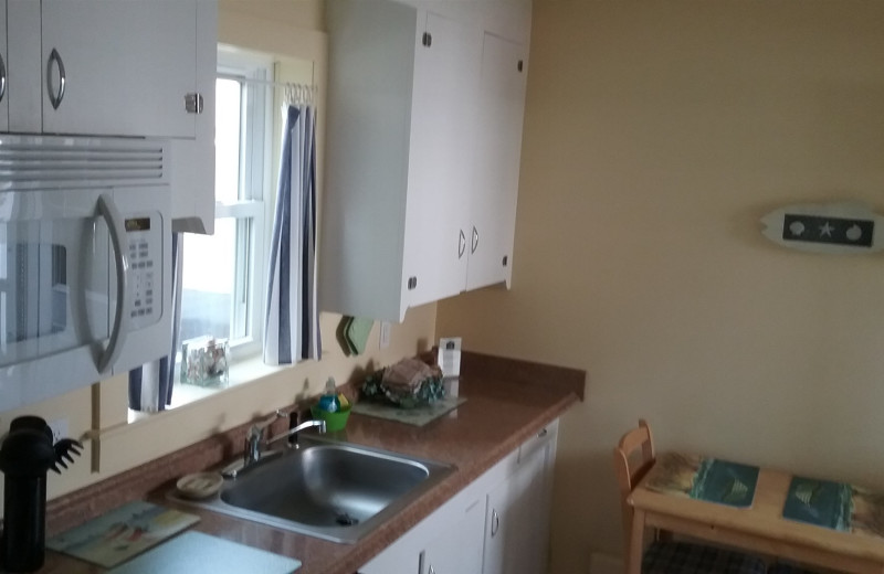Guest kitchen at Moontide Motel, Cabins and Apartments.