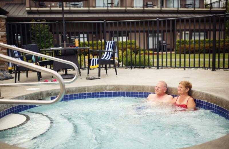 Hot tub at Sunrise Ridge Waterfront Resort.