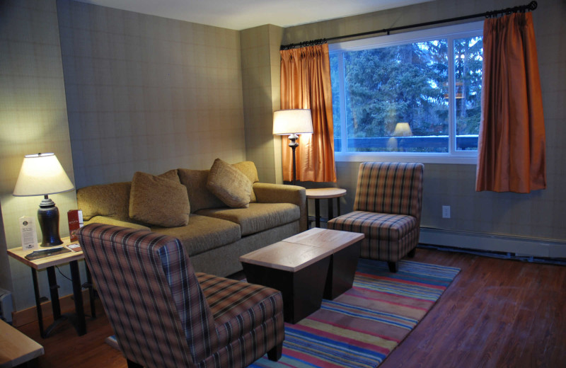 Guest living room at Inns of Banff.