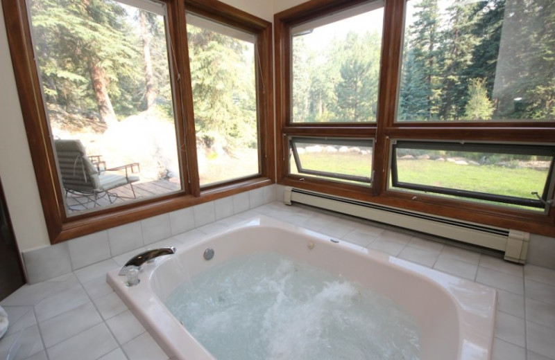 Suite Bath Tub at Boulder Brook on Fall River