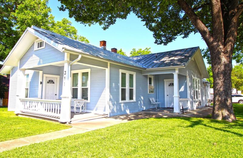 Cottage exterior at Peach Tree Inn & Suites.