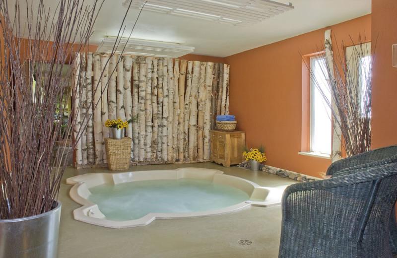 Hot tub at L'Auberge des Peupliers.