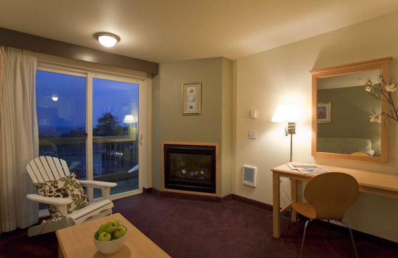 Guest sitting area at Inn at Wecoma Lincoln City.