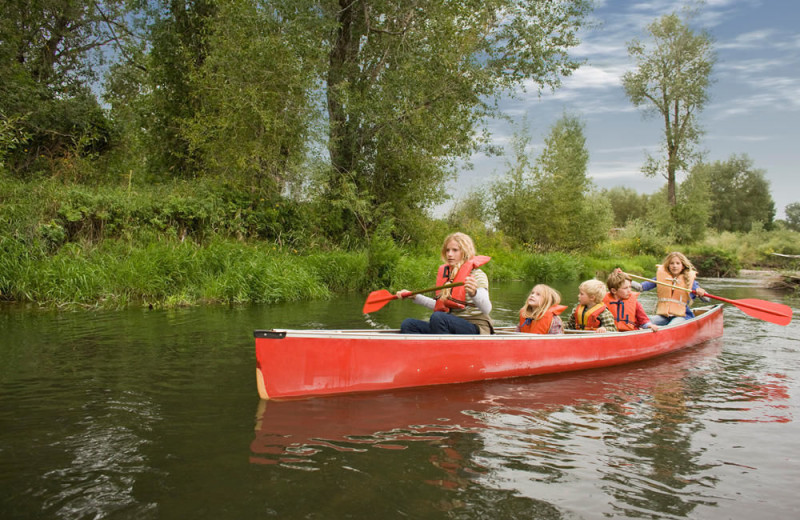 Family canoeing at Parkway Cottage Resort & Trading Post.