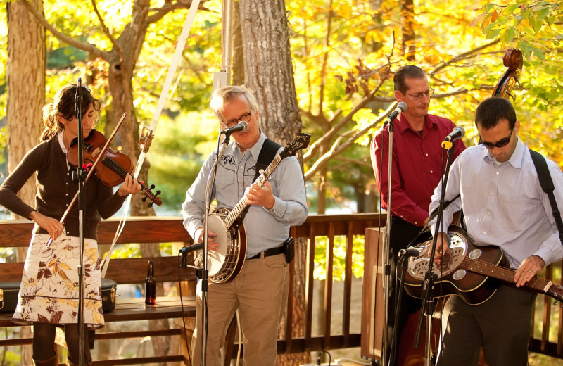 Live music at Montfair Resort Farm.