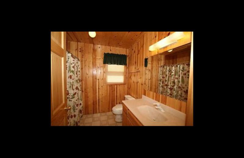 Cabin bathroom at Broadwater Lodge.