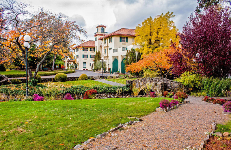 Exterior view of Columbia Gorge Hotel.