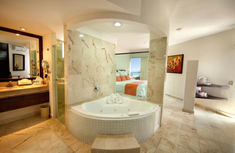 Jacuzzi suite at Viva Wyndham Azteca.