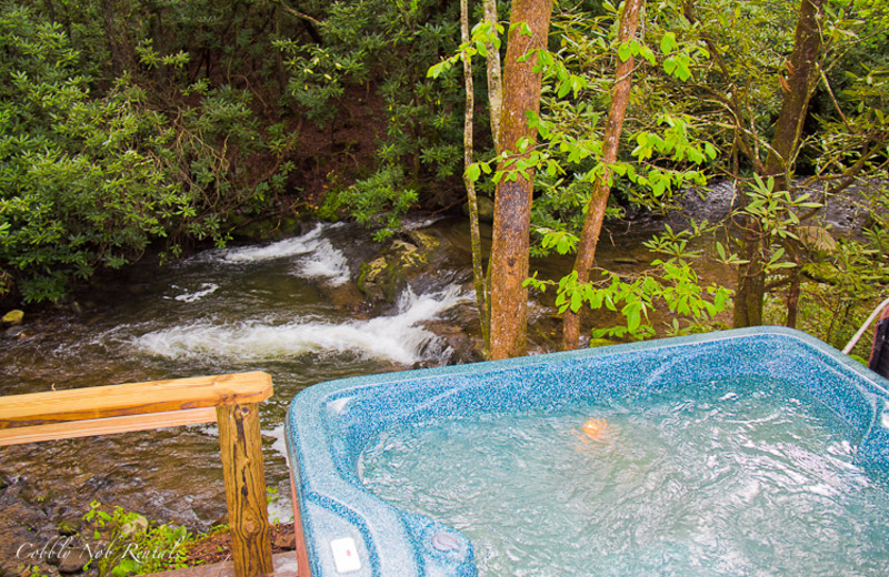 Outdoor hot tub at Cobbly Nob Rentals.