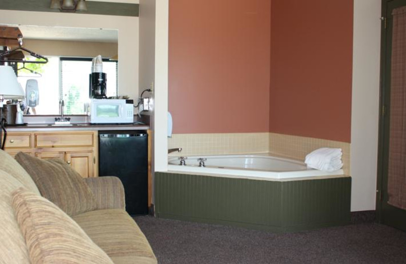 Guest whirlpool at Outback Roadhouse Inn.