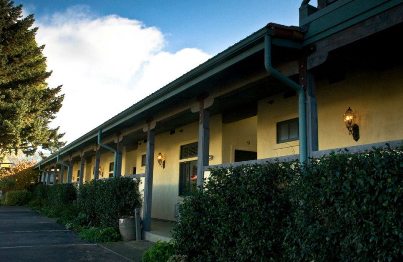 Exterior view of Sonoma Creek Inn.