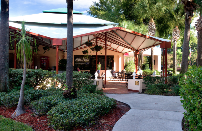 Outdoor dinning at Rosen Inn at Pointe Orlando.