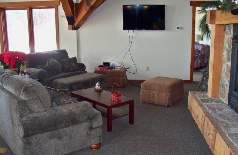 Guest living room at Canyon Lake Resort.