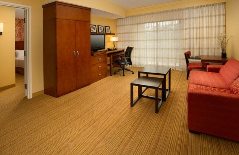 Guest Room at Courtyard by Marriott Waldorf
