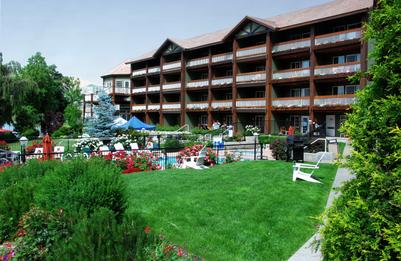 Exterior view of Lakeside Lodge & Suites.