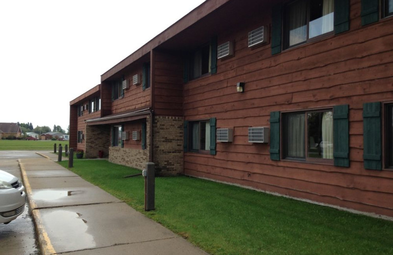 Exterior view of River Bend's Resort & Walleye Inn.