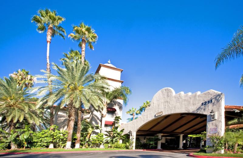 Exterior view of Radisson Suites Hotel Covina.