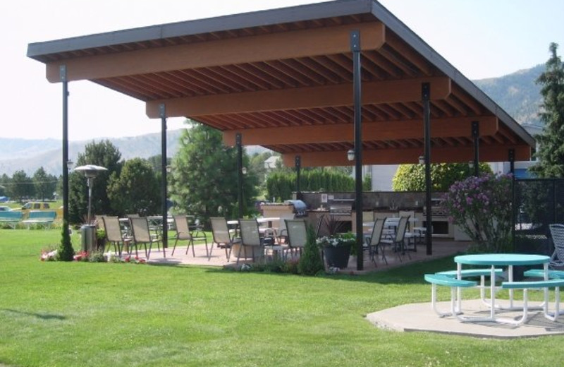 Outdoor patio at Mountain View Lodge.