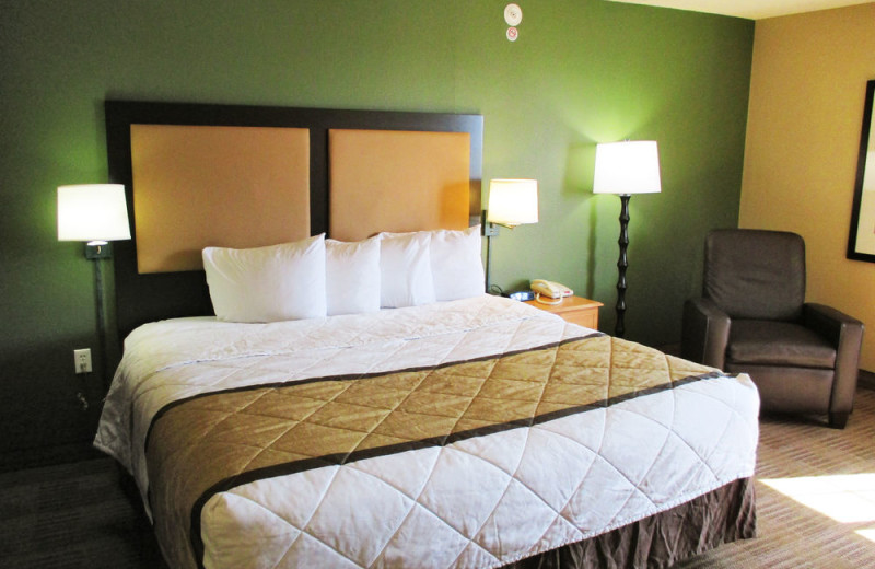 Guest room at Extended Stay America - Kansas City - Country Club Plaza.
