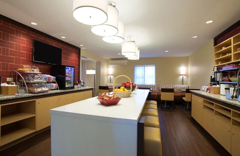 Breakfast room at Hawthorn Suites by Wyndham Detroit Auburn Hills.