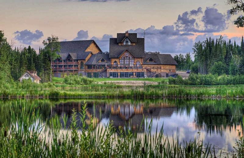 Exterior view of Elk Ridge Resort.