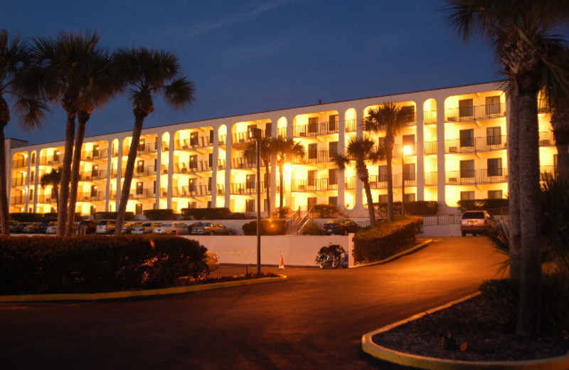 Exterior view of Beacher's Lodge Oceanfront Suites.
