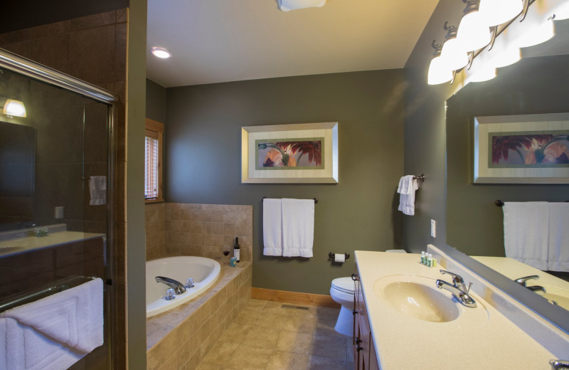 Guest bathroom at Ruttger's Bay Lake Lodge.