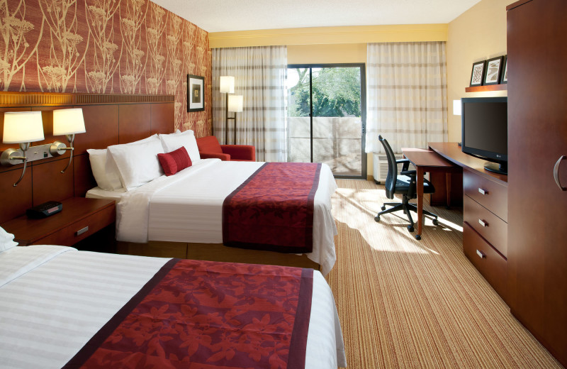 Guest room at Courtyard by Marriott Phoenix Camelback.