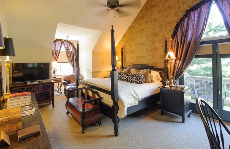 Guest room at Hawkesdene Mountain Retreat Co.